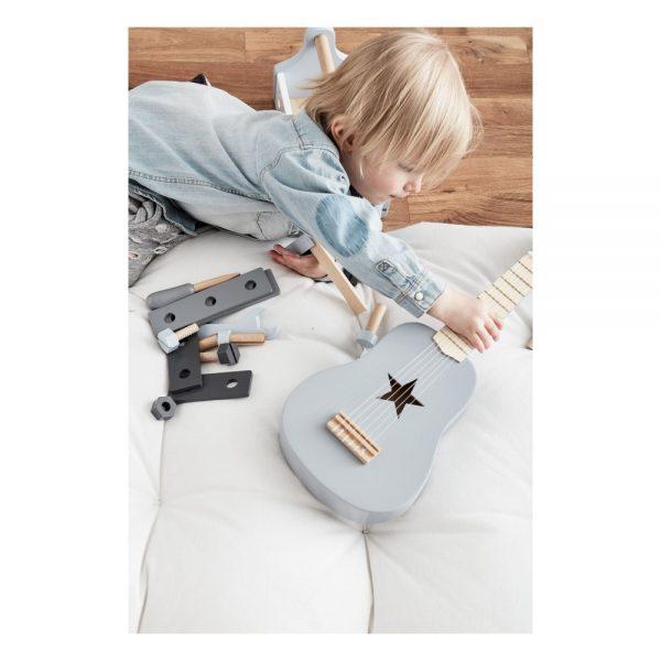 guitare grise en bois